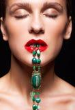 Slutet sköt upp av bijouterie av den gröna stenhalsbandet i kvinnlig l Royaltyfri Bild