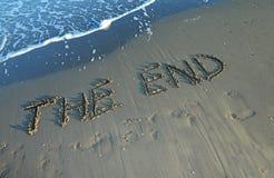 SLUTET som är skriftligt på stranden vid havet Royaltyfri Foto