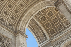 Slutet specificerar upp Arc de Triomphe i Paris Royaltyfri Foto