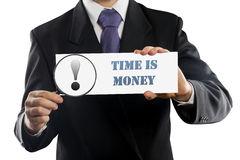 Slutet upp affärsman- eller representantinnehav i händer förstoringsglas och papper med Tid är pengarmeddelandet som isoleras på royaltyfria bilder