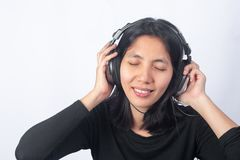 Slutet upp asiatiska thai kvinnor lyssnar till musik från hörlurar Arkivbild