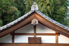 Slutet upp av det japanska traditionstaket och den wood strukturen av ancien Royaltyfria Foton