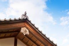 Slutet upp av det japanska traditionstaket och den wood strukturen av ancien Royaltyfri Bild