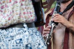 Slutet upp av dragspel- och klarinettspelare som spelar på den Klezmer konserten av judisk musik i härskande ` s, parkerar i Lond arkivbild