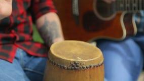 Slutet upp av gitarristen och handelsresanden utför på arkivfilmer