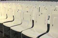 Slutet upp av konferensstolar ror in Arkivfoto