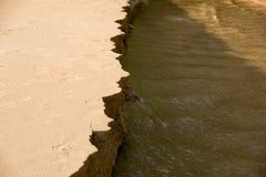 Slutet upp bank eroderades med vatten Royaltyfri Fotografi