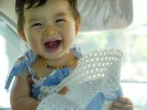 Slutet upp den isolerade framsidaståenden av söt och förtjusande asiatisk kines behandla som ett barn flickan som skrattar och le royaltyfri bild