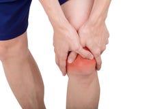 Slutet upp det manliga knäet smärtar isolerad vit bakgrund Arkivfoton