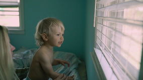 Slutet upp härlig moder för stående rymmer en behandla som ett barnson, stort fönster i bakgrunden Royaltyfria Bilder