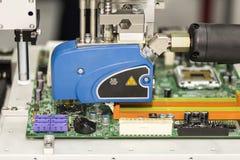 Slutet upp hög precision och teknologi av dysaapparaten och visaren av automatiskt varmt smälter injektionen för lim för limutmat royaltyfria bilder