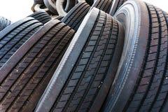 Slutet upp i gummihjulhög med gummihjul beträder, gummihjul för den använda bilen Fotografering för Bildbyråer