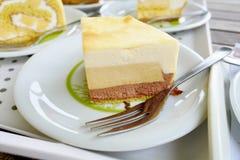 Slutet upp japanska puddingbavarois bakar ihop på vit plattabakgrund Arkivbild