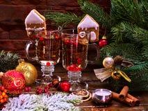 Slutet upp julstilleben med par rånar den varma drinken Arkivfoton