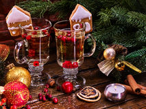 Slutet upp julstilleben med par rånar den varma drinken Royaltyfri Fotografi