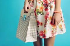 Slutet upp kvinnlig räcker att rymma en stilfull lådashoppingpåse Royaltyfria Bilder