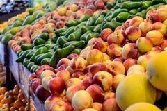 Slutet upp nya frukt och grönsaker på räknaren av grönsaken shoppar, bondemarknadsplatsen Organisk sunt, bantar vegetarian fo Arkivfoton