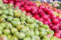 Slutet upp nya frukt och grönsaker på räknaren av grönsaken shoppar, bondemarknadsplatsen Organisk sunt, bantar vegetarian fo Royaltyfri Fotografi
