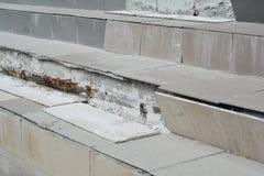 Slutet upp på brutet hus för fara kliver utomhus- Skadat trappafall arkivbilder