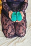 Slutet upp rörande innehav för kvinna behandla som ett barn skor arkivfoton