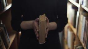 Slutet upp siktsflickor stänger bakgrunden för boktappningarkivet lager videofilmer