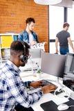 Slutet upp skott för sidobaksidasikt av den svarta studenten utbildar maskinskrivaren inomhus arkivbild
