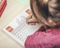 Slutet upp ståenden av barn` s räcker handstil Arkivfoton