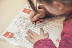Slutet upp ståenden av barn` s räcker handstil Arkivbild