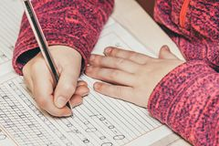 Slutet upp ståenden av barn` s räcker handstil Fotografering för Bildbyråer