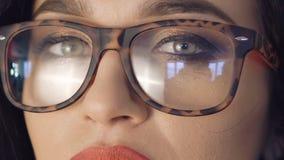 Slutet upp stark blick av nätt flicka` s synar i exponeringsglas stock video