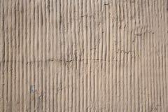 Slutet upp utomhus- sikt av en betong gjorde randig yttersida Abstrakt design av en grov grå färgtextur med skuggor Detalj av a arkivfoton