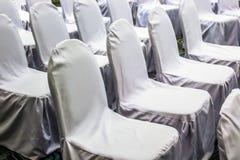 Slutet upp vita stolar ställde in linjen för seminarium Royaltyfria Foton
