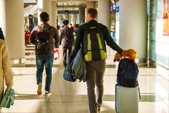 Slutlig flygplats med passagerare med p?sar royaltyfria foton