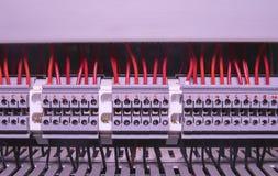 Slutligt kvarter för industriellt elektroniskt Slutligt kvarter Industriellt maktfall svarta röda trådar Royaltyfri Bild