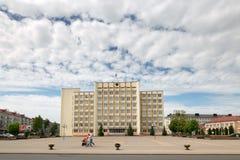 SLUTSK, WIT-RUSLAND - Mei 20, 2017: Het gebouw is een uitvoerend comité in het eigenlijke centrum van Slutsk royalty-vrije stock afbeeldingen
