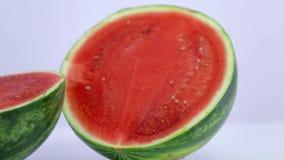 Slutskott av två delar av vattenmelon från vit bakgrund från vänster till höger stock video