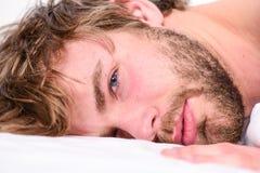 Slutsumman kopplar av begrepp Orakad skäggig framsidasömn för man att koppla av eller precis vakna upp Kopplar av skäggigt macho  royaltyfria foton