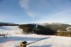 Slutta och elevatorer för nybörjareskidåkare och barn i sektoren av skidåkningvännen, furstendömet av Andorra, Europa Royaltyfria Bilder
