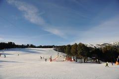 Slutta och elevatorer för nybörjareskidåkare och barn i sektoren av skidåkningvännen, furstendömet av Andorra, Europa arkivbilder