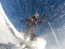 Sluttande alpin skidåkning på den hög hastigheten på pulversnö. Arkivfoton