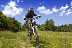 sluttande cyklist Arkivbilder