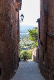 Sluttande gränd med två slottar på sidorna Fotografering för Bildbyråer