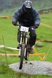 sluttande hopprace för cyklist Arkivbild