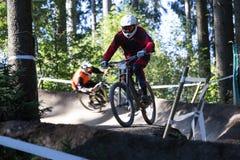 Sluttande Mountainbiker Arkivfoton