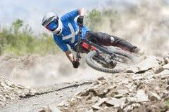 Sluttande Mountainbiker gyttjaslinga Royaltyfri Foto