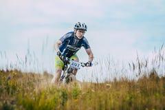Sluttande racerbilmountainbiker Fotografering för Bildbyråer