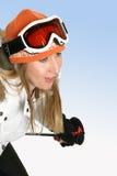 sluttande skier arkivbild