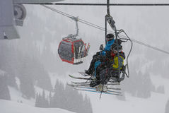 sluttande sledding för ungar Crystal Mountain Ski Resort - Januari, 25 2013 Arkivfoton