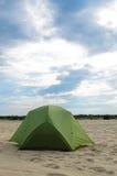 Sluttande tält i öknen på solig dag Royaltyfri Foto