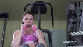 Sluttning sitta-UPS med hantlar buk- övningar Sportig fokuserad brunettkvinna Kvinnligpassformkropp långsam rörelse Slutet beskåd arkivfilmer